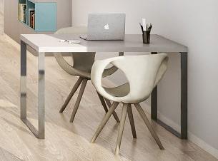 kleines studiomuc apartment mit arbeitstisch und stühlen