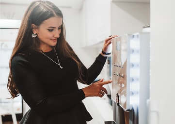 studiomuc mieterin wählt sich ein bio essen am super food automaten aus