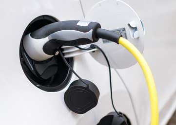 aufladestation eines elektroautos auf dem studiomuc parplatz