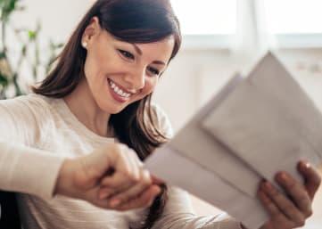 mieterin empfängt ihre briefe in der studiomuc post lounge
