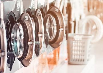angereihte waschmaschinen im studiomuc waschsalon
