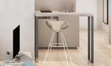 wohnzimmerausstattung mit fernseher, tisch und stuhl in einer studiomuc mietwohnung
